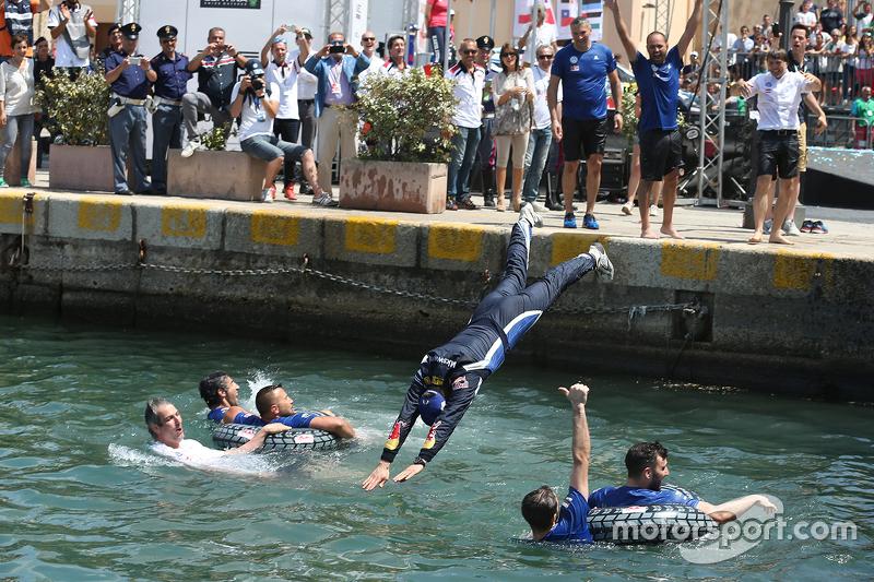 Teammitglieder von Volkswagen Motorsport springen in den Hafen