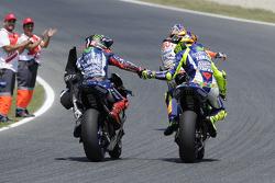 El ganador, Jorge Lorenzo y segundo lugar, Valentino Rossi, Yamaha Factory Racing