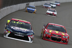 Clint Bowyer, Michael Waltrip Racing, Toyota, und Jamie McMurray, Chip Ganassi Racing, Chevrolet