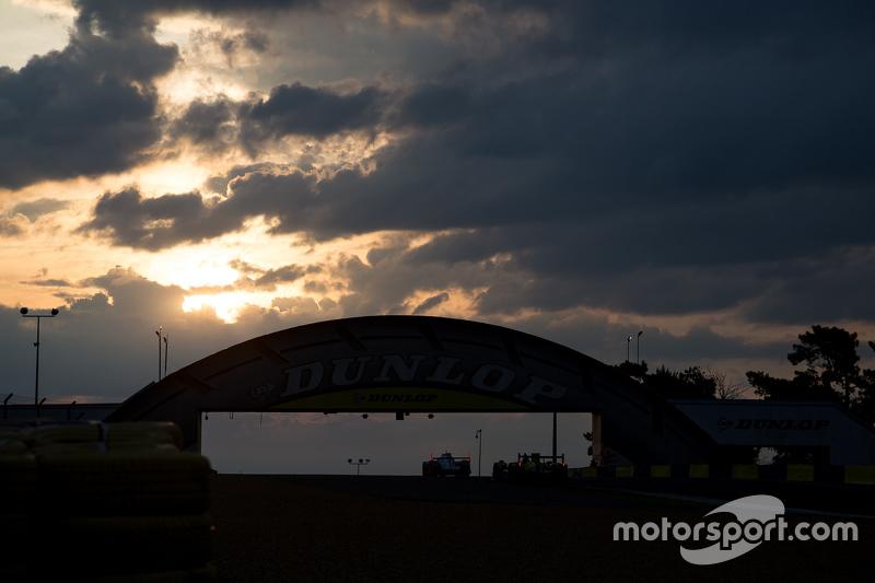Sonnenaufgang an der Dunlop-Brücke mit Wolken