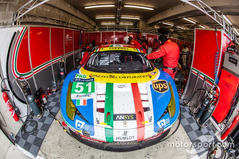 #51 AF Corse Ferrari 458 GTE: Gianmaria Bruni, Toni Vilander, Giancarlo Fisichella di pit