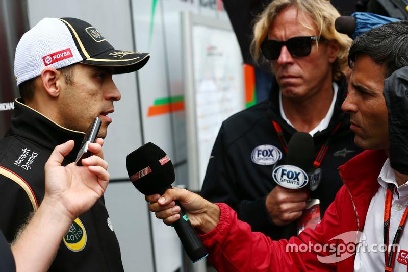 Pastor Maldonado, Lotus F1 Team, mit der Presse