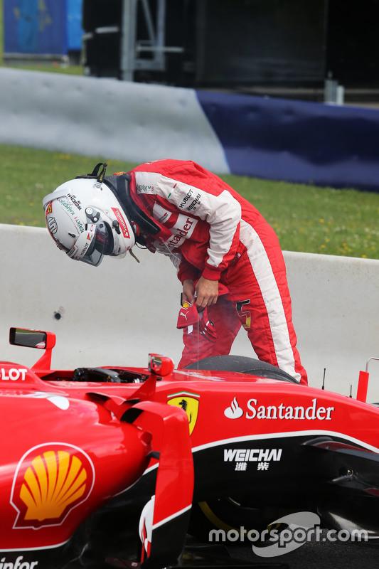 Sebastian Vettel, Ferrari SF15-T berhenti di trek pada sesi latihan pertama