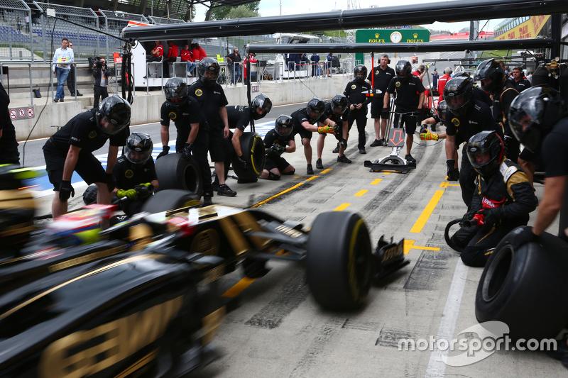 Pastor Maldonado, Lotus F1 E23, beim Reifenwechsel-Training