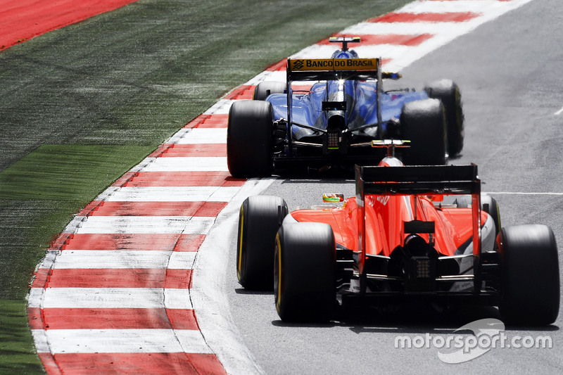 Felipe Nasr, Sauber C34 leads Roberto Merhi, Manor F1 Team