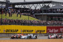 Départ : #26 G-Drive Racing Ligier JS P2 : Roman Rusinov, Julien Canal, Sam Bird et la #41 Greaves Motorsport Gibson 015S : Gary Hirsch, Gaëtan Paletou, Jon Lancaster en bataille