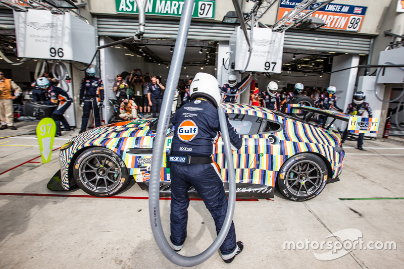 Pit stop untuk  #97 Aston Martin Racing Aston Martin Vantage GTE: Darren Turner, Stefan Mücke, Rob Bell