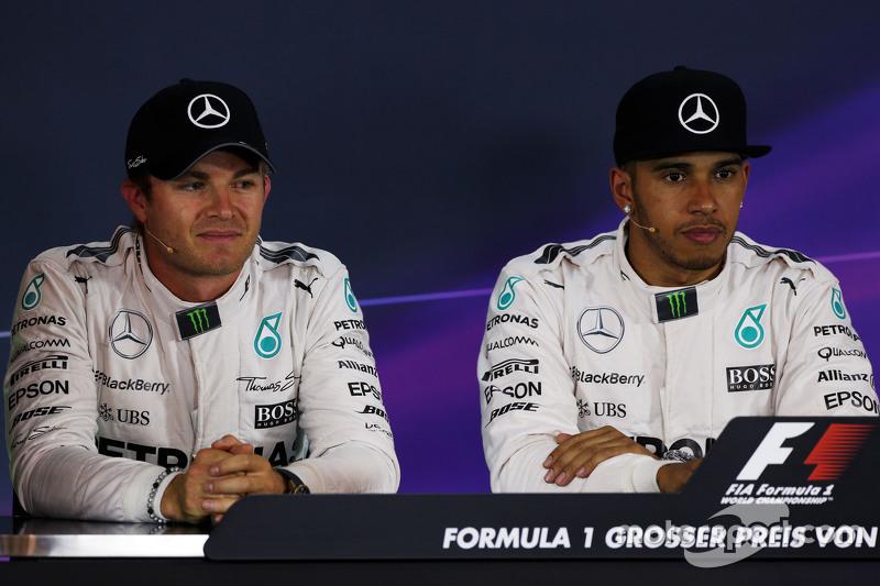 Ніко Росберг, Mercedes AMG F1 та товариш по команді Льюїс Хемілтон, Mercedes AMG F1 на пресс-конференції FIA
