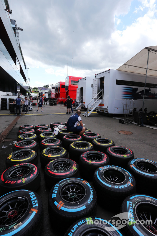 Pirelli tyres washed by Williams mechanics