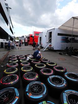 Pirelli-Reifen werden von einem Williams-Mechaniker gesäubert