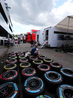 Pirelli tyres washed by Williams mechanics
