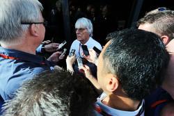 Bernie Ecclestone mit den Pressevertretern