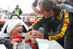 Niki Lauda in de McLaren MP4/2 met Alain Prost op de Legends Parade
