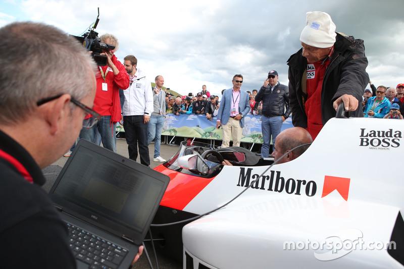 Niki Lauda, Aufsichtsratsvorsitzender Mercedes AMG F1, mit dem McLaren MP4/2 bei der Legenden-Parade