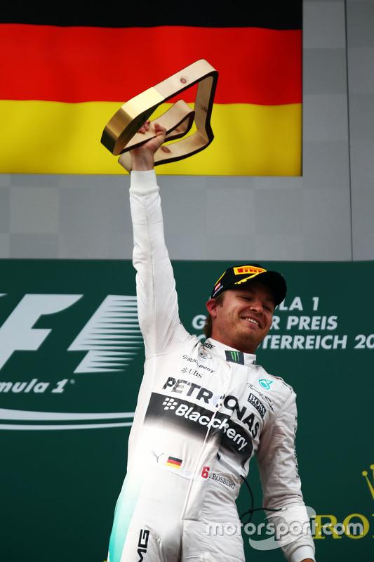 Vencedor Nico Rosberg, Mercedes AMG F1 comemora no pódio