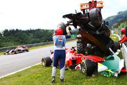 Marshals en el accidente inicial que implica Fernando Alonso, McLaren MP4-30 y Kimi Raikkonen, Ferra