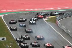 Нико Росберг, Mercedes AMG F1 W06 лидирует на старте гонки