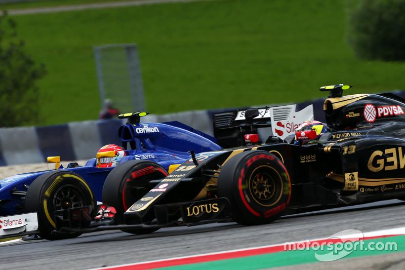Pastor Maldonado, Lotus F1 E23, dan Felipe Nasr, Sauber C34 battle for position