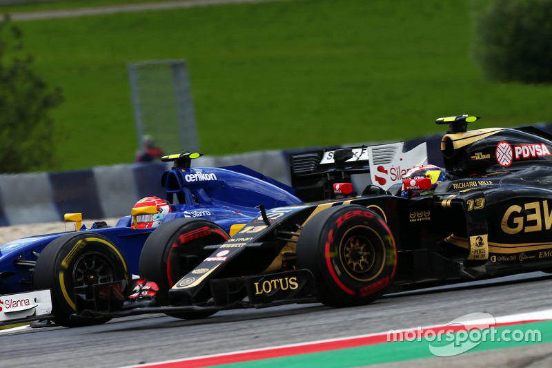 Pastor Maldonado, Lotus F1 E23 and Felipe Nasr, Sauber C34 battle for position
