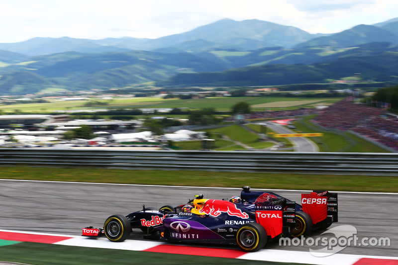 Daniil Kvyat, Red Bull Racing RB11 and Max Verstappen, Scuderia Toro Rosso STR10 battle for position