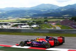 Daniil Kvyat, Red Bull Racing RB11, und Max Verstappen, Scuderia Toro Rosso STR10, im Zweikampf
