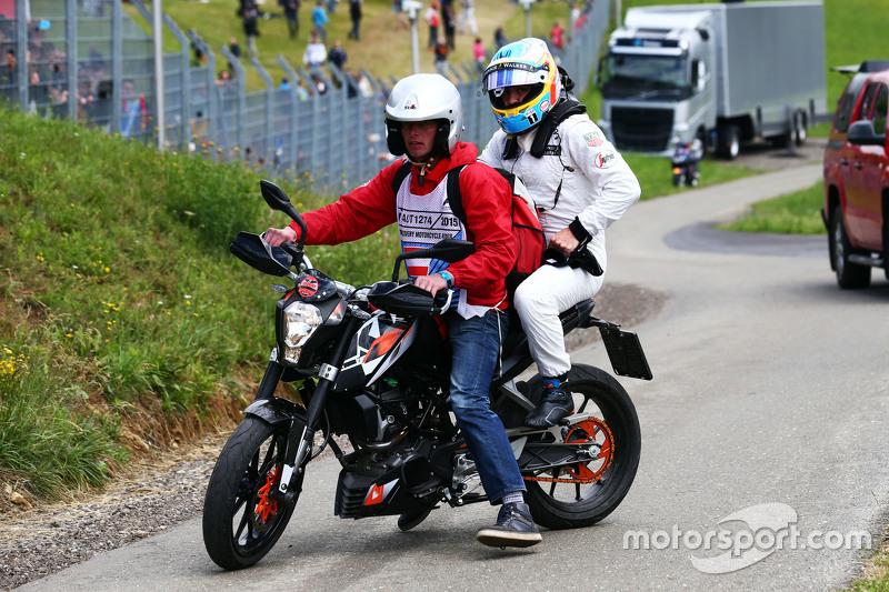 Race retiree Fernando Alonso, McLaren kembali ke pit dengan sepeda motor