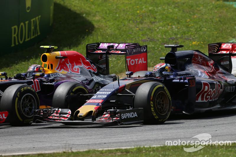 Daniil Kvyat, Red Bull Racing RB11 dan Max Verstappen, Scuderia Toro Rosso STR10 bertarung memperebutkan posisi