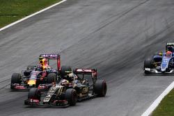 Pastor Maldonado, Lotus F1 E23 y Daniil Kvyat, Red Bull Racing RB11, pelean por la posición