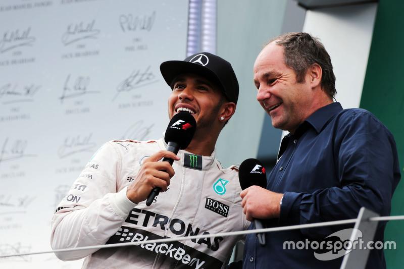 2. Lewis Hamilton, Mercedes AMG F1, auf dem Podium mit Gerhard Berger