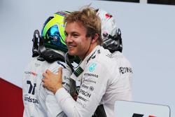 El ganador de la carrera Nico Rosberg, Mercedes AMG F1 celebra con Lewis Hamilton, Mercedes AMG F1 y