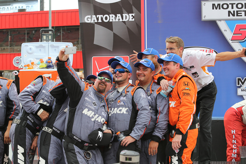 Die Crew von Rahal Letterman Lanigan macht ein Selfie in der Victory Lane