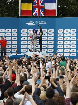 Podium: second place Jérôme d'Ambrosio, Dragon Racing and winner Sam Bird, Virgin Racing and third p