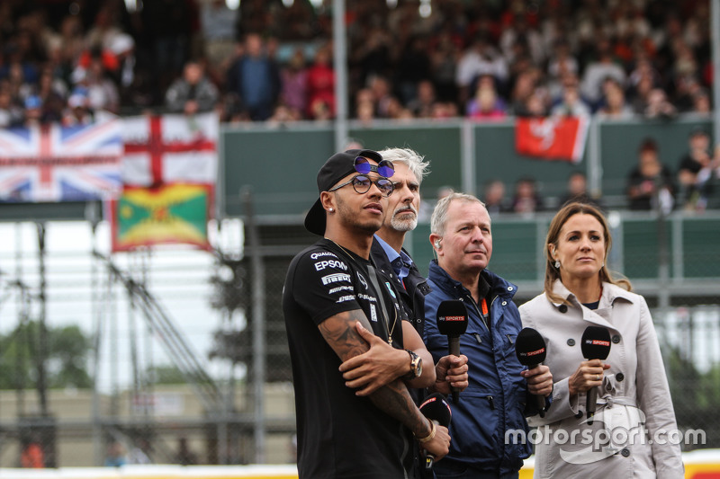 Lewis Hamilton, Mercedes AMG F1 bersama Damon Hill, Sky Sports Presenter; Martin Brundle, Sky Sports Commentator;, dan Natalie Pinkham, Sky Sports Presenter