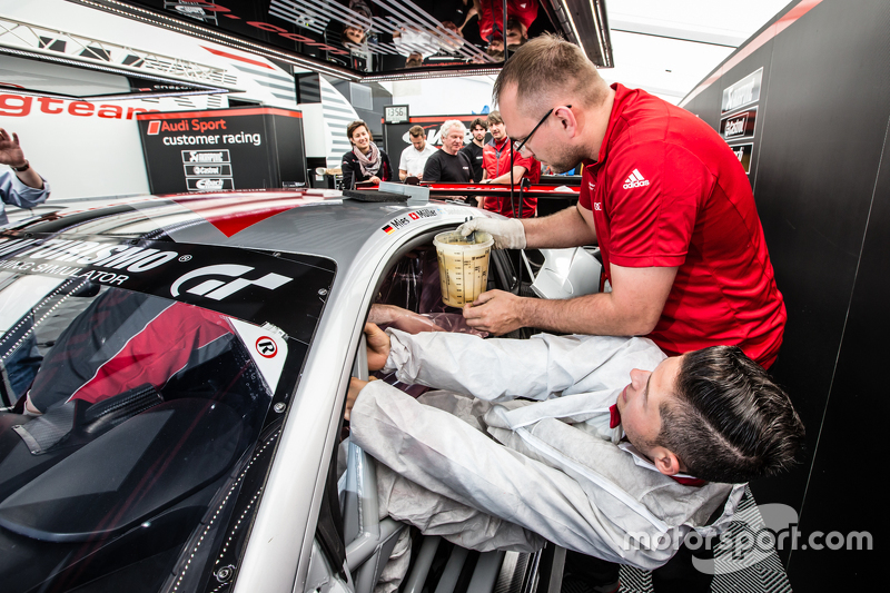 #28 Audi Sport Team WRT, Audi R8 LMS: Christopher Mies bei der Sitzanpassung