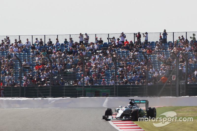 Lewis Hamilton, Mercedes AMG F1 W06, dreht sich im ersten Training