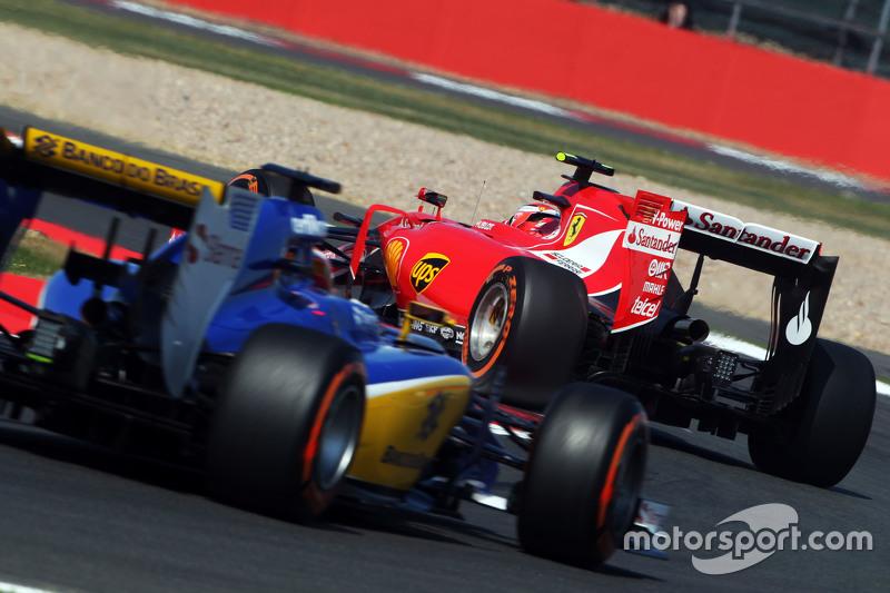 Kimi Raikkonen, Ferrari SF15-T memimpin Raffaele Marciello, Sauber C34 Test And Reserve Driver