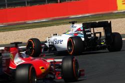 Фелипе Масса, Williams FW37 едет впереди Себастьяна Феттеля, Ferrari SF15-T