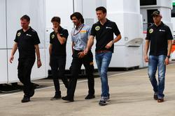 Alan Permane, Lotus F1 Team Trackside Operations Director bersama Romain Grosjean, Lotus F1 Team; Pirelli Engineer; Jolyon Palmer, Lotus F1 Team Test dan Reserve Driver; dan Pastor Maldonado, Lotus F1 Team