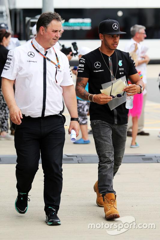 Lewis Hamilton, Mercedes AMG F1 bersama Ron Meadows, Mercedes GP Team Manager