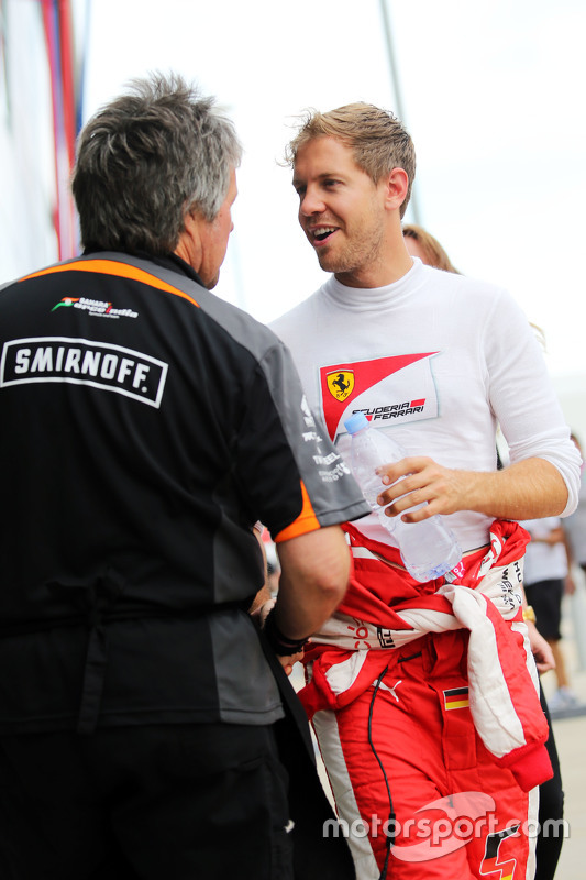 Sebastian Vettel, Ferrari met Neil Dickie, Sahara Force India F1 Team
