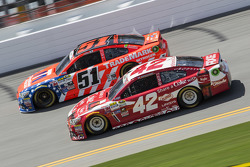 Justin Allgaier, HScott Motorsports Chevrolet ve Kyle Larson, Ganassi Racing Chevrolet