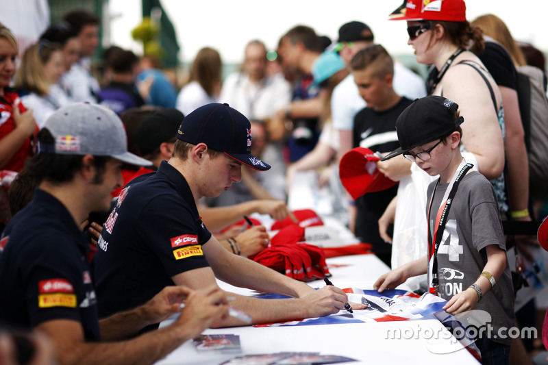 Max Verstappen, Scuderia Toro Rosso, schreibt Autogramme für die Fans
