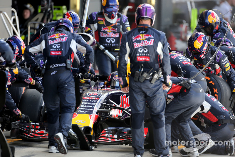 Daniil Kvyat, Red Bull Racing during pitstop