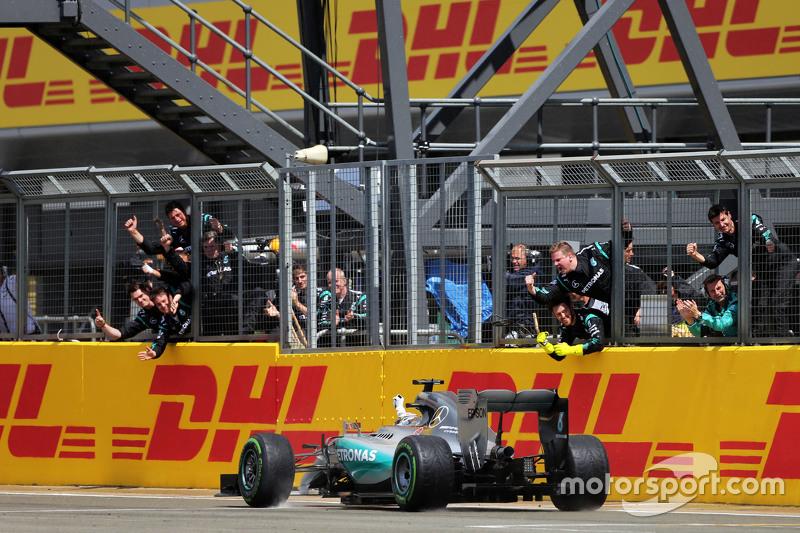 Juara balapan Lewis Hamilton, Mercedes AMG F1 W06 merayakans as he passes his team di end of the rac
