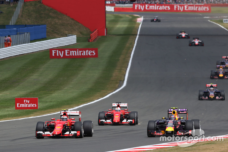 Kimi Raikkonen, Ferrari SF15-T, dan Daniil Kvyat, Red Bull Racing RB11 battle for position