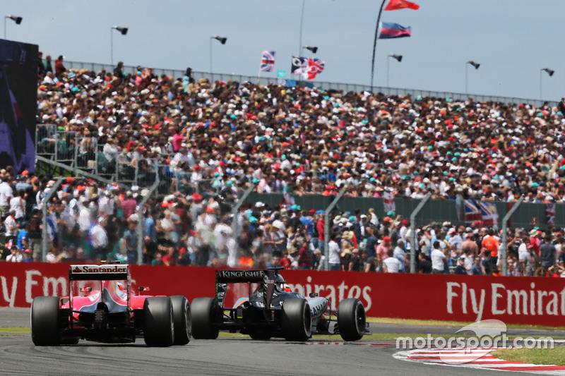 Nico Hulkenberg, Sahara Force India F1 VJM08 memimpin Kimi Raikkonen, Ferrari SF15-T