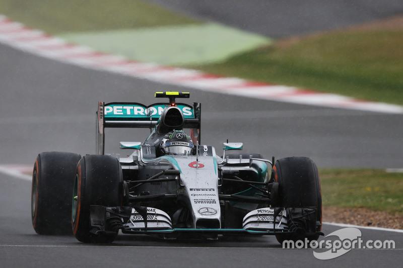 Nico Rosberg, Mercedes AMG F1 W06, kommt für den Wechsel auf Intermediates an die Box