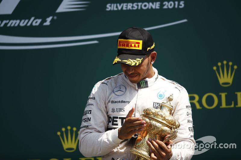 1. Lewis Hamilton, Mercedes AMG F1, feiert auf dem Podium