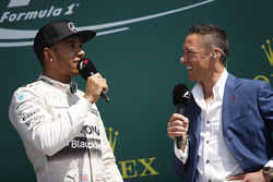 Het podium: Winnaar Lewis Hamilton, Mercedes AMG F1 met Frankie Dettori,