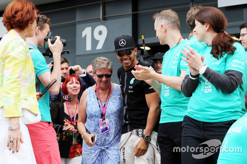 Race winner Lewis Hamilton, Mercedes AMG F1 celebrates with his mother Carmen Lockhart, and the team